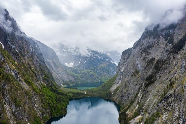 Malerisches bergpanorama mit grünen wiesen und idyllischem türkis