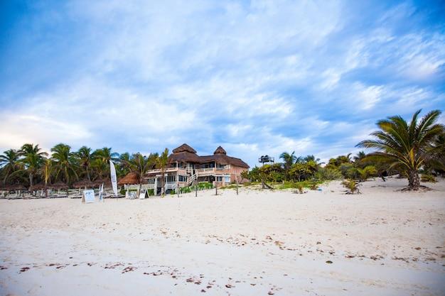 Malerisches bungalowhotel am tropischen strand, mexiko, tulum