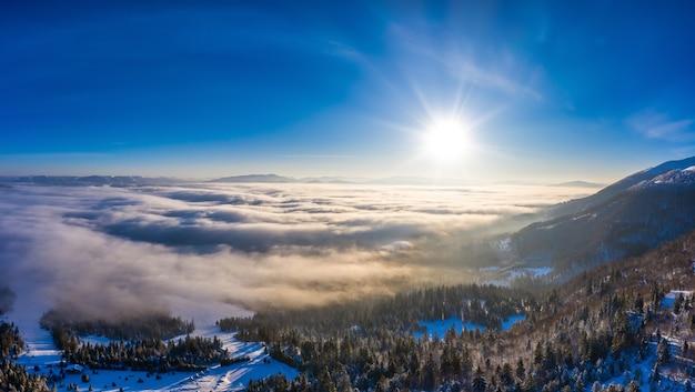 Malerisches winterpanorama von schneebedeckten berghügeln