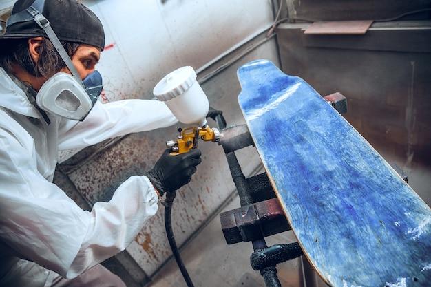 Malermeister in einer fabrik