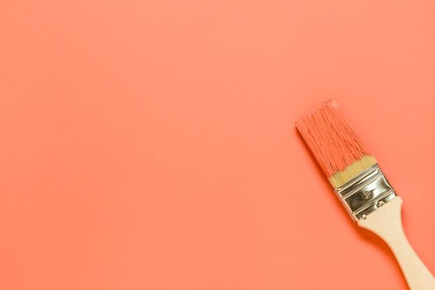 Malerpinsel auf orange hintergrund