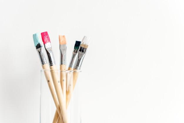 Malerpinselkunstwerkzeug auf weißem hintergrund