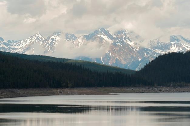 Maligne see mit bergen im hintergrund, jasper national park, alberta, kanada