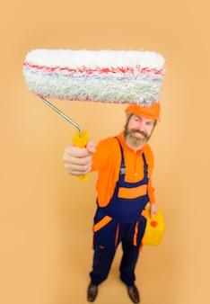 Malkonzept bärtiger mann in arbeitskleidung mit bärtigem lackierer in einheitlichem griff