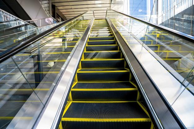 Mall rolltreppe nach oben perspektive