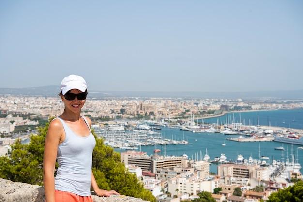 Mallorca insel. junge schöne frau in palma stadt.