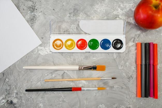 Malt pinsel und marker auf dem tisch im schreibwarenladen