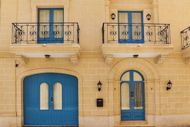 Malta-architektur, fassade eines hauses mit holzfenstern und einem blauen balkon auf der insel malta