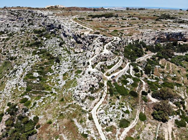 Malta insel. bergweg zu den klippen. blick von oben mit der drohne.