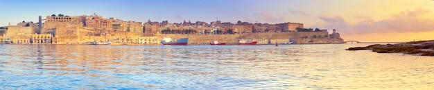Malta, valletta mit seiner traditionellen architektur auf asunrise, panoramabild