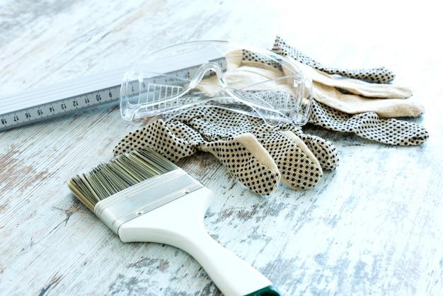 Malwerkzeuge für die renovierung von häusern.