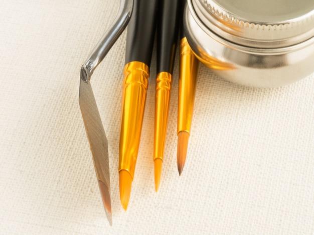 Malwerkzeuge - pinsel, spachtel, leinwand