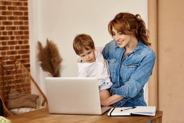 Mama arbeitet am computer