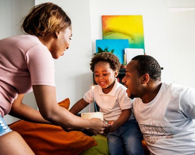 Mama bringt geburtstagskuchen zu ihrem kind