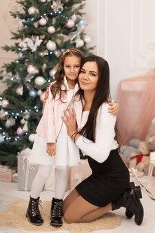 Mama gibt ihrer geliebten tochter, um in den weihnachtsferien zeit miteinander zu verbringen.
