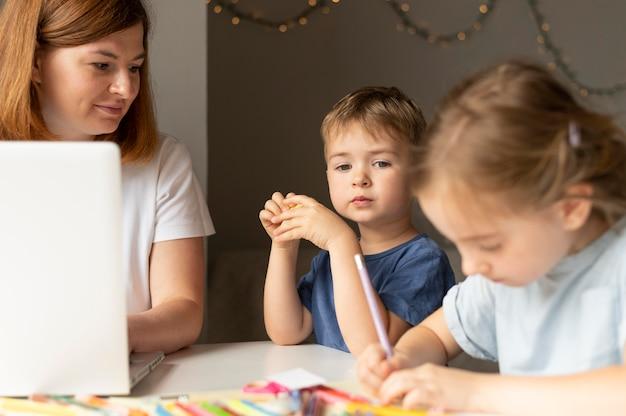 Mama hilft ihren kindern bei den hausaufgaben