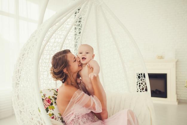Mama küsst das kind