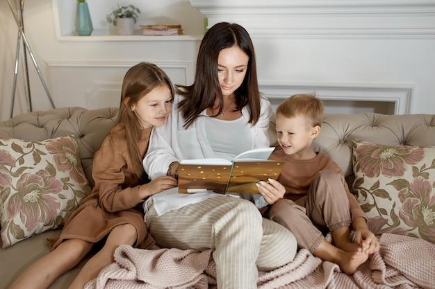 Mama liest den kindern ein buch vor