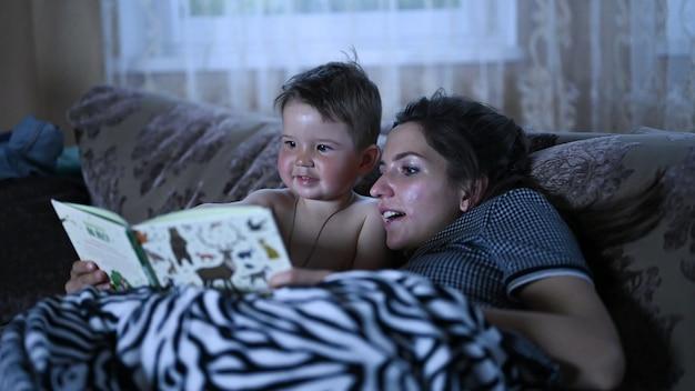 Mama liest mit ihrem kind ein buch