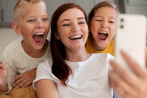 Mama macht einen familien-videoanruf mit ihren kindern