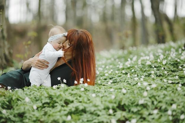Mama umarmt ihre kleine tochter mit liebe