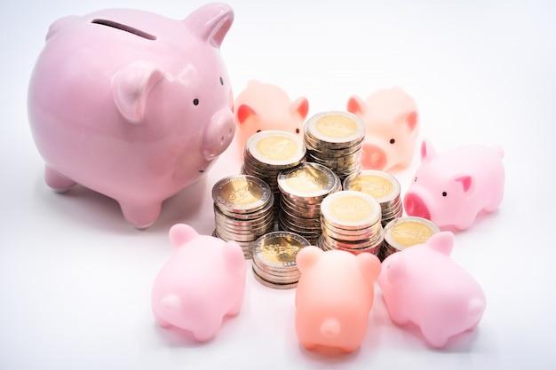 Mama und baby sparschweine und haufen münzen