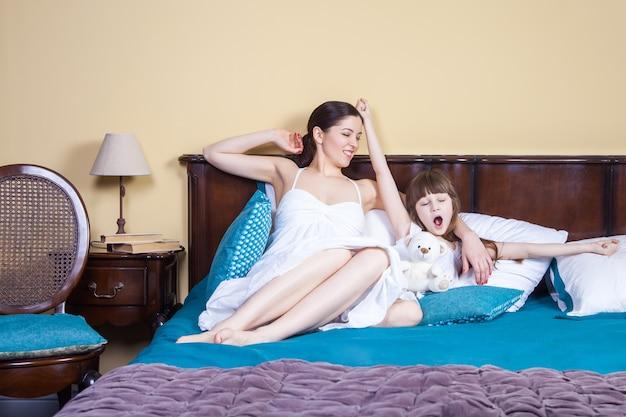 Mama und kind wachen hände auf, strecken sich und genießen es