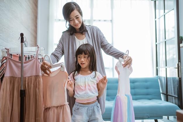 Mama und kind wählen schönes kleid