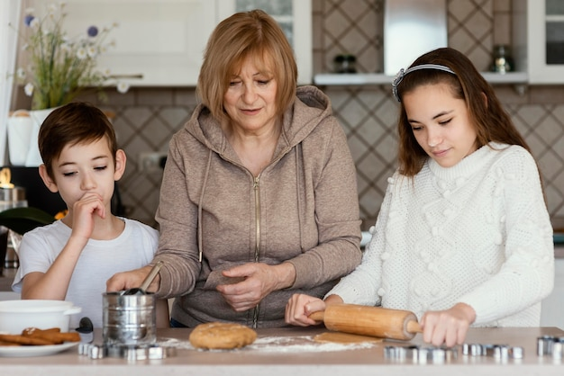 Mama und kinder in der küche