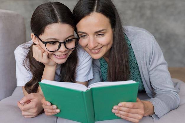 Mama und mädchen lesen