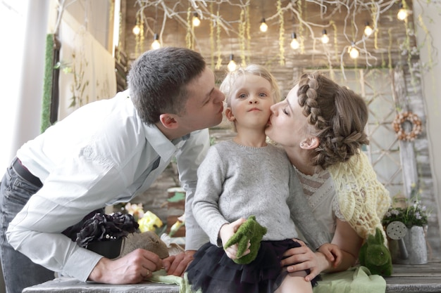 Mama und papa küssen seine kleine tochter