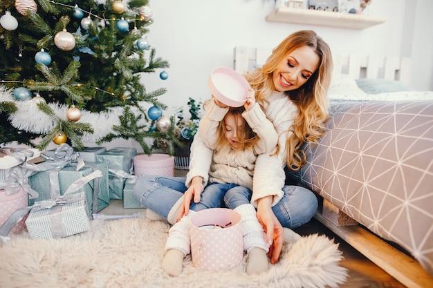Mama und tochter, die geschenke öffnen