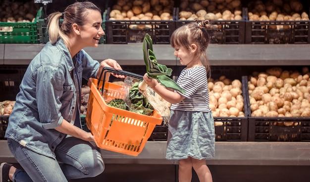 Mama und tochter kaufen im supermarkt ein