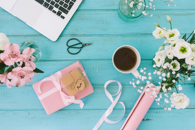 Mamaaufschrift mit blumen, geschenk und laptop