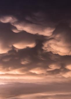 Mammutwolken über dem himmel mit warmen tönen
