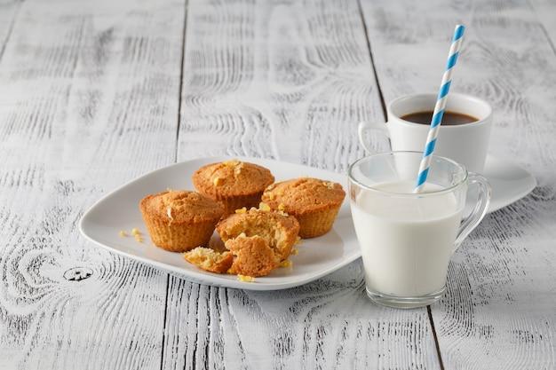 Mamonkuchen oder cupcake auf holzhintergrund