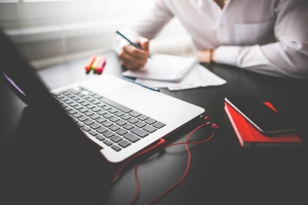 Man arbeitet mit dem laptop