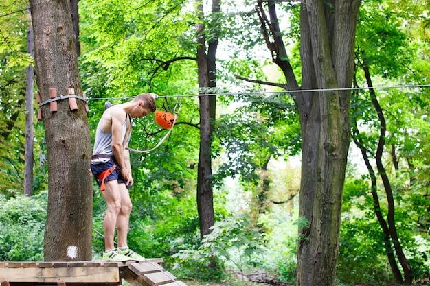 Man bereitet sich auf die seile im park zu klettern