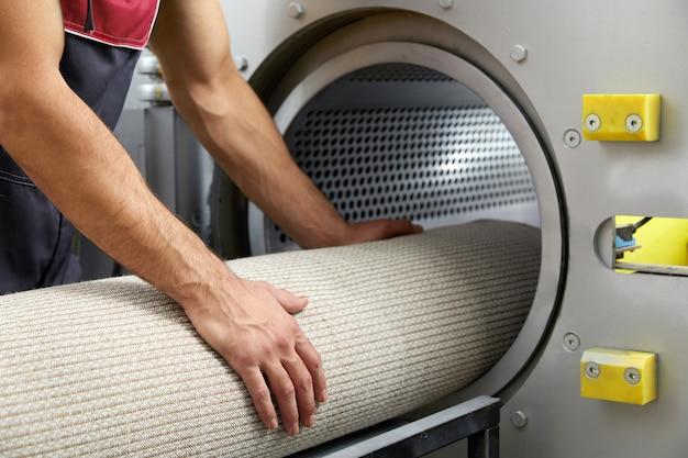 Man betreibt trockenmaschine zur teppichreinigung. professioneller teppichreinigungsservice