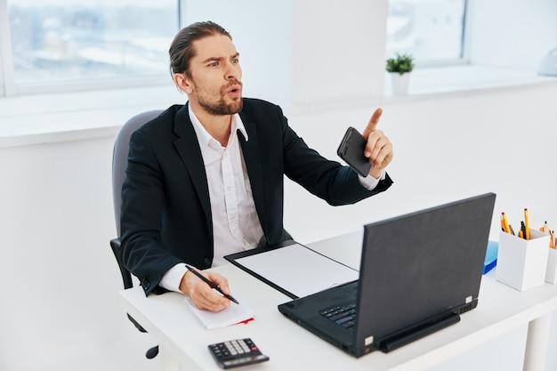 Man büroarbeitsdokumente mit einem telefon in der hand lifestyle