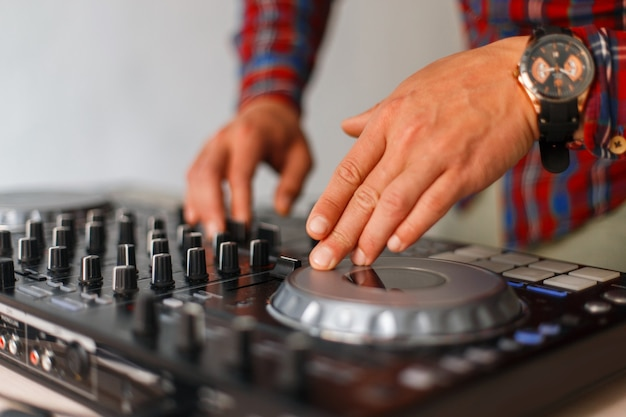 Man dj arbeitet an einem mixer-controller. nahansicht