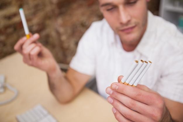 Man entscheidet zwischen elektronischen oder normalen zigaretten