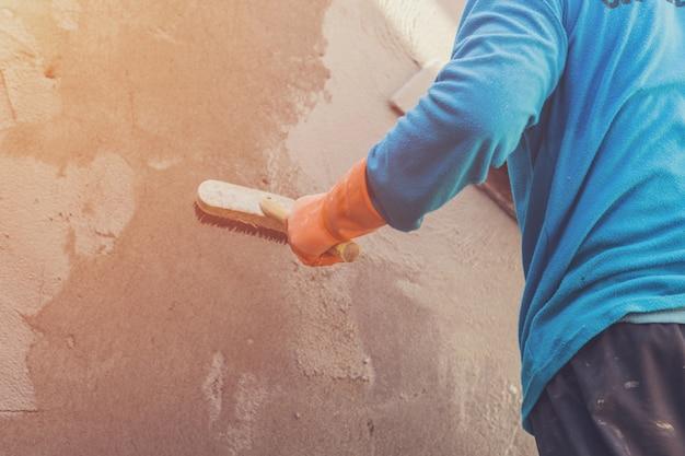 Man gipser estrich beton auf zement für wand im hochbau mit vintage getönten.