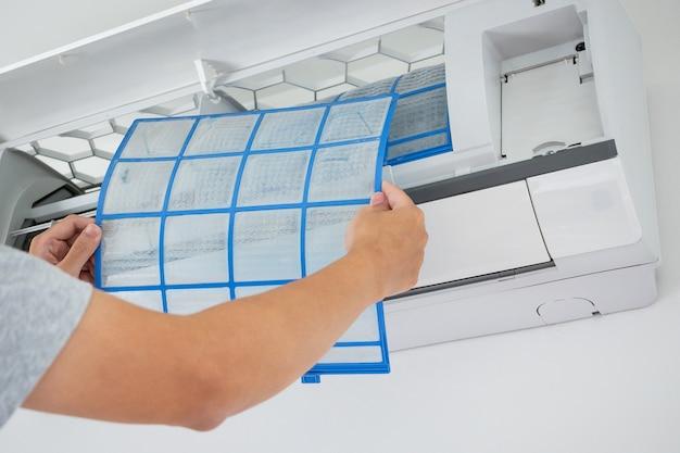 Man hand halten klimaanlage filter reinigungskonzept