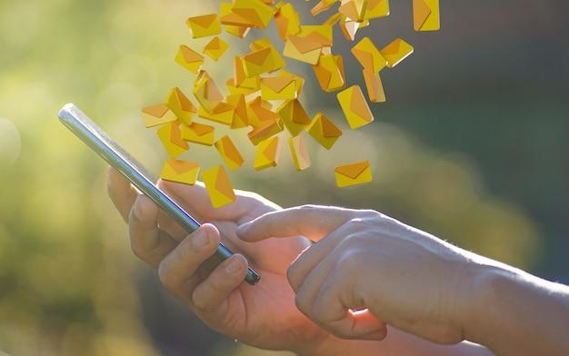 Man hand mit smartphone mit nachrichtensymbol benachrichtigung fliegen