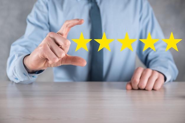 Man hand smartphone zeigt auf fünf sterne ausgezeichnete bewertung. zeigen fünf-sterne-symbol, um die bewertung des unternehmens zu erhöhen. überprüfen sie, erhöhen sie die bewertung oder das ranking, die bewertung und das klassifizierungskonzept