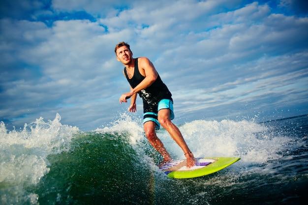 Man hat spaß mit dem surfbrett