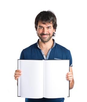 Man liest ein buch über weißem hintergrund