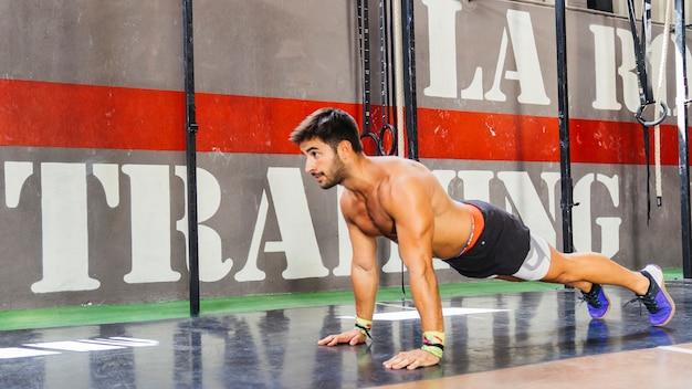 Man macht push-ups im fitnessstudio