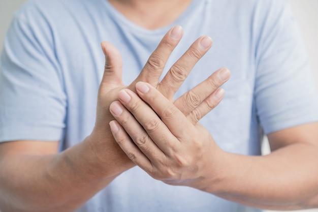 Man massagehand ist wund und taub guillainbarre-syndrom eine nebenwirkung der covid19-impfung